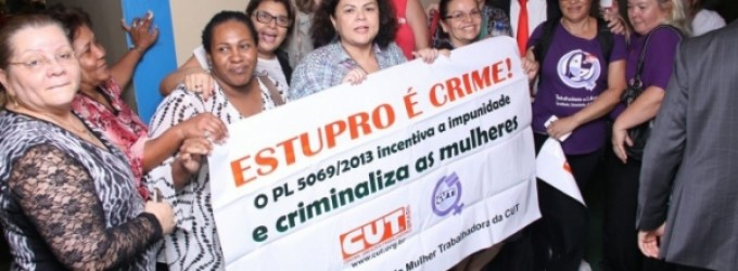 Mulheres CUTistas furam barreira e protestam na Câmara